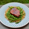 Porc caramélisé et blé aux asperges sauvages.